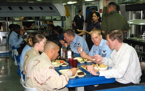 Brian Williams, right foreground, dines with sailors and marines while aboard the USS Tarawa in the Arabian Gulf in 2003. Photo: Wikimedia Commons