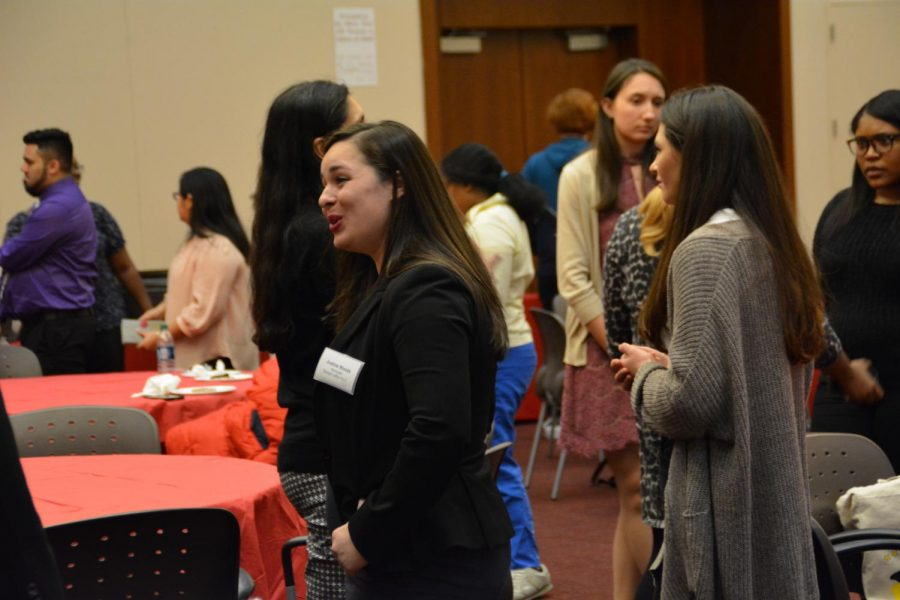 Students+network+with+the+visiting+alumni.